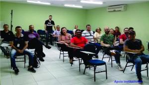 Pessoas sentadas em uma sala de aula.