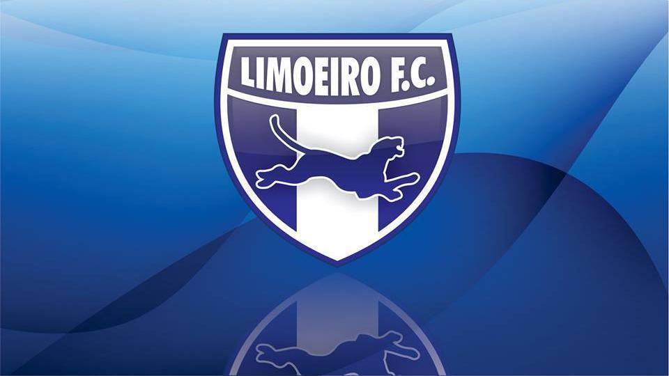 Escudo do Limoeiro Futebol Clube sobre um fundo azul.