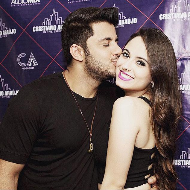 Cristiano Araujo beijando namorada no rosto