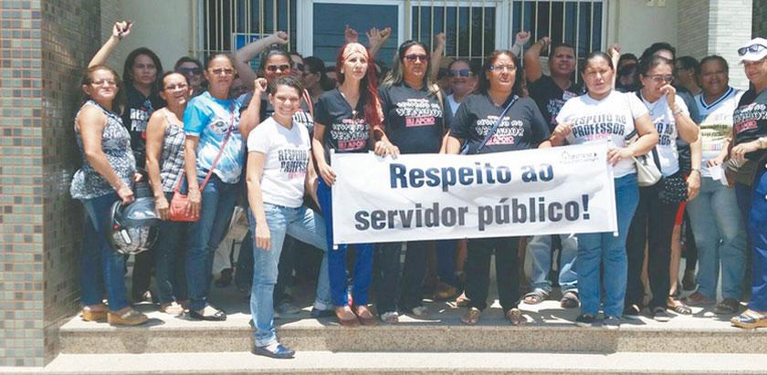 """Servidores públicos em protesto, segurando faixa com o letreiro: """"Respeito ao Servidor Público"""""""