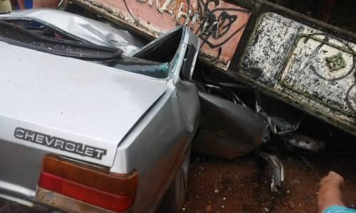 Veículo chevette fica amassado devido a acidente