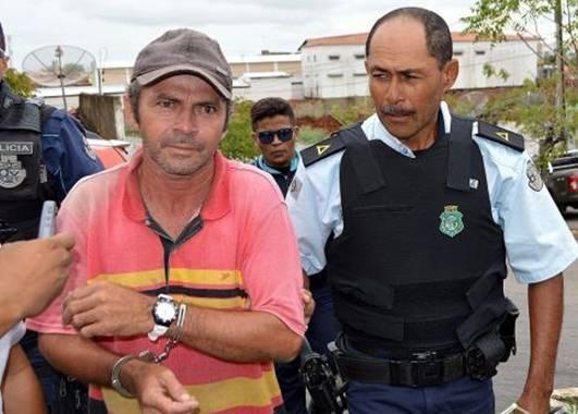 Antônio Ademir Castro Rufino sendo levado algemando pela policia