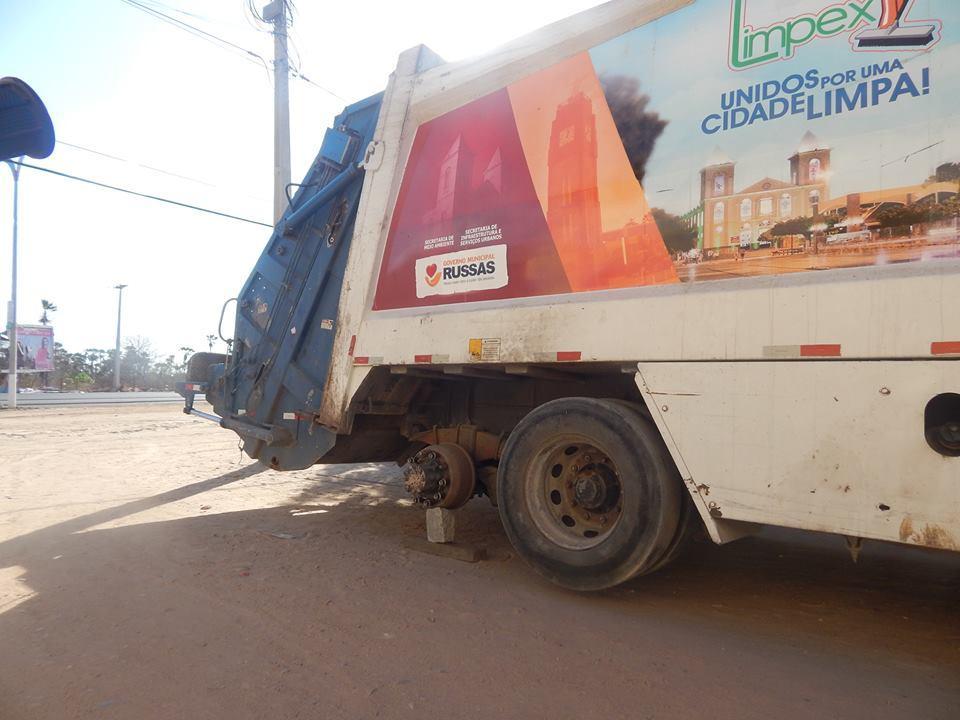 Caminhão do Lixo sem um dos pneus