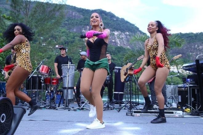 O domingo (14) foi agitado para Anitta que, a menos de um mês do Carnaval, fez o ensaio do Bloco das Poderosas no Rio de Janeiro.
