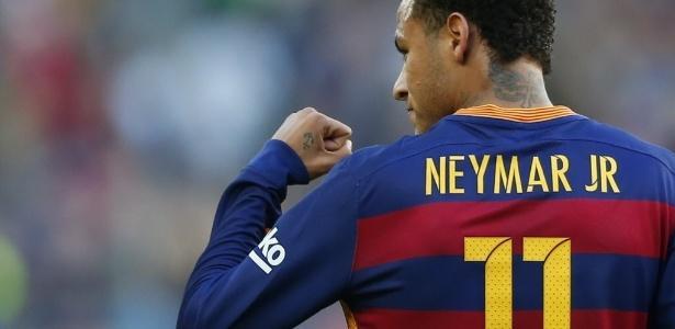 Neymar de costas com a mão fechada e erguida em sinal de vibração, vestindo a camisa número onze