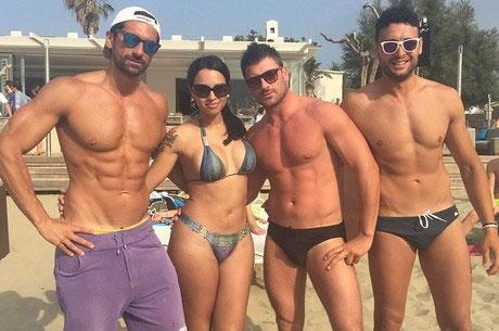 Ex-BBB Ariadna Arantes de biquíni na praia com amigos
