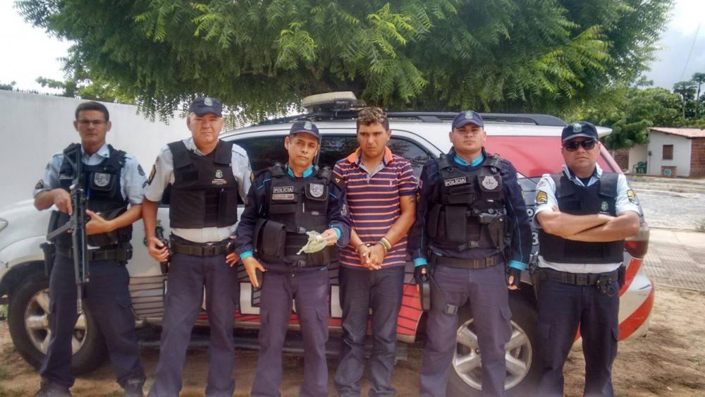 Francisco Graciliano algemado ao lado de cinco policiais.