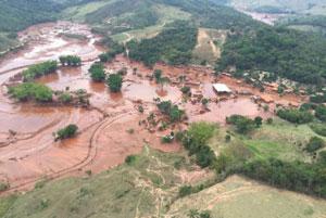 Visão área do distrito de Bento Rodrigues.